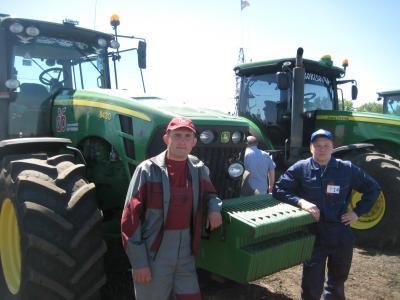 Работа на современном американском тракторе John Deere требует специальных навыков