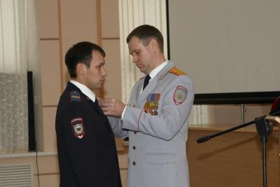 Начальник управления Олег Ильиных вручает заслуженные награды сотрудникам полиции