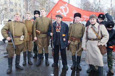 Участникам мотопробега «Дорогой оленной армии» вручили  победный флаг Красной армии