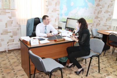 Директор Центра занятости Руслан Волосков обсуждает  вопросы переподготовки безработных