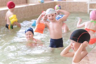 Этот снимок был сделан весной. Сейчас дети отдыхают,  а в их любимом бассейне идет ремонт.