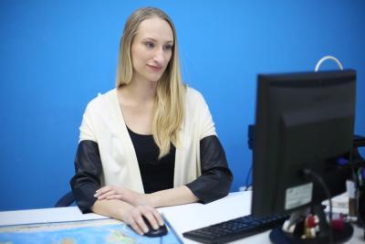 Ирина Жабская подыскивает тур очередному клиенту