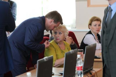 Через несколько минут Татьяна Орлова (в центре) покинет сессию