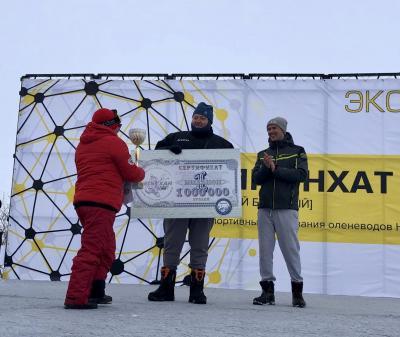 Приз победителю вручает Анна Христолюбова / Фото участников ралли