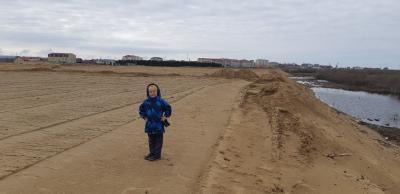 Рома родился, вырос и  уже собирается в школу, пока решается вопрос по земельному участку для его семьи / Фото автора