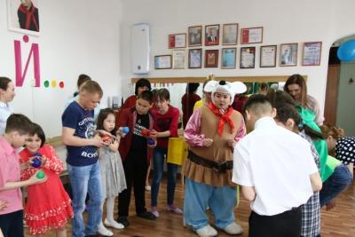 Весёлые песни, шутки, игры подготовили для детей волонтёры движения «Добрые сердца»