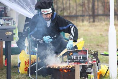 Команда «Шальной шампур» на суд жюри представила мясное блюдо – садж / Фото предоставлено Центром арктического туризма