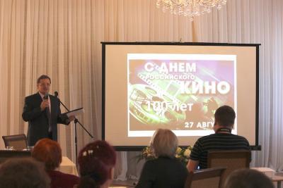 Ведущий вечера Сергей Никулин познакомил собравшихся с историей развития кинофикации в НАО / Фото Игоря Чуклина