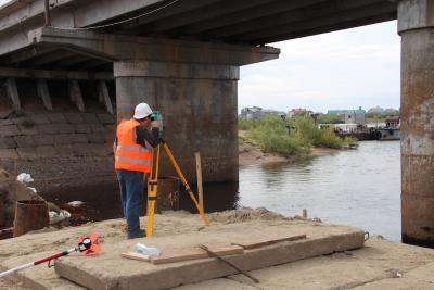 Работа по установке временного моста через заводскую курью продолжается / Фото автора