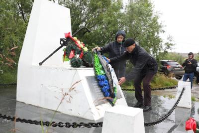 Участники митинга возложили цветы к памятнику / Фото Екатерины Шутяк