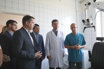 Врач Александр Сафонов (крайний справа) рассказал о специфике своей работы / Фото Екатерины Шутяк