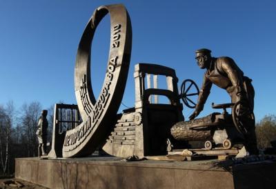 Памятник труженикам лесозавода / Фото из архива «НВ»