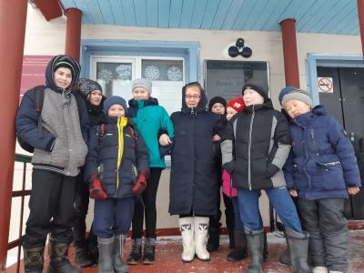 Воспитанники пришкольного интерната в Усть-Каре передают привет родителям / Фото автора