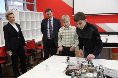 Марк Климов и Сергей Рожков показали губернатору Александру Цыбульскому, как работает робот-пожарный / Фото Екатерины Эстер