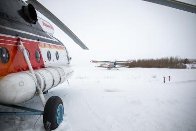 Самолёты и вертолёты стали теми звеньями, которые связали людей и пространства в НАО / Фото Алексея Орлова