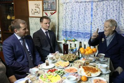 Игнатий Васильевич рассказывает гостям о своём боевом пути / Фото Екатерины Эстер