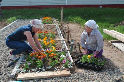 Жители Сахалина высаживают цветы на аллее памяти землякам – защитникам Отечества / Фото предоставлено ТОС