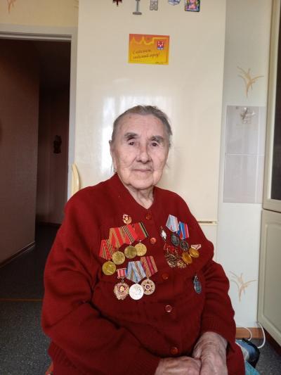 Людмила Владимировна принимает поздравления от родных и друзей / Фото предоставлено авторами