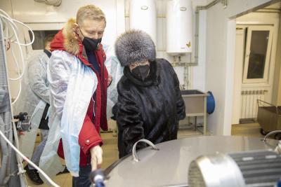 Надежда Канева демонстрирует главе региона современное оборудование в цехе переработки молока / Фото Алексея Орлова