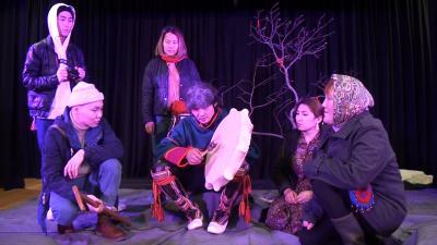 Сцена из спектакля Ненецкого самодеятельного театра «Илебц» / Фото предоставлено Сергеем Никулиным