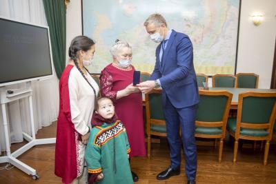 Елена Соболева (в центре) на церемонии награждения / Фото из открытых источников