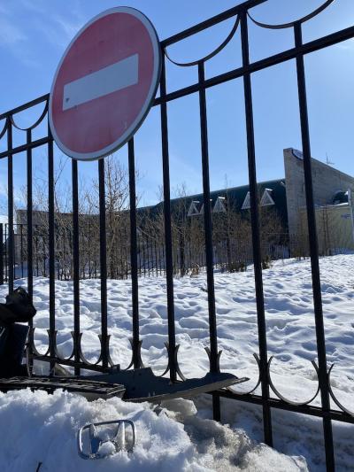 К полудню понедельника на месте происшествия остался только шильдик от «Хонды» и обломки бампера / Фото автора