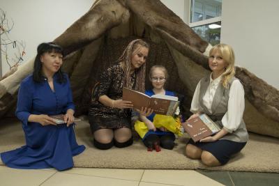 Автор (в центре) с переводчиком и художником / Фото Игоря Ибраева