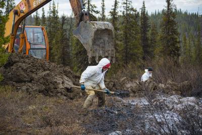 Работы по сбору скважинной жидкости ведутся в Республике Коми по течению реки Колвы / Фото Игоря Ибраева