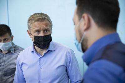 Губернатор напомнил про обеспечение качественного освещения в спортзале / Фото игоря ибраева