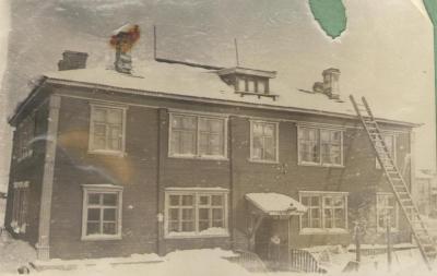 Зимой нижнюю часть дома жильцы первого этажа специально засыпали снегом для сохранения тепла  / фото из архива автора