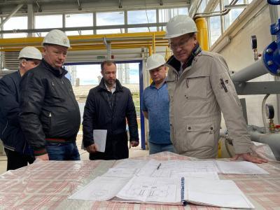 Депутат Госдумы убедился, что качество услуг ЖКХ в посёлке вырастет / Фото Алёны Людвиг