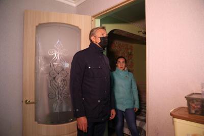 Жители дома №14 на улице Строителей пожаловались Юрию Бездудному на условия проживания. Они очень ждут переезда в новое жильё / Фото Екатерины Эстер