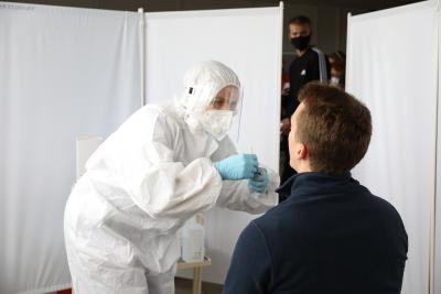 По приезде в Нарьян-Мар по-прежнему надо предъявить один из трёх документов: справку о вакцинации, об отрицательном ПЦР-тесте или сертификат о том, что вы переболели коронавирусом. Можно сдать ПЦР-тест в аэропорту / Фото Екатерины Эстер