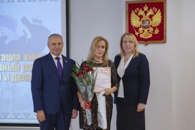 Автора книги наградили почётной грамотой главы района / Фото Игоря Ибраева