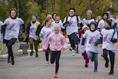 На старт от здания почты на улице Смидовича вышли 350 жителей и гостей заполярной столицы разного возраста / Фото Игоря Ибраева