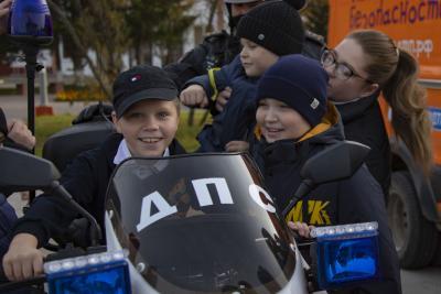 Посидеть за рулём полицейского мотоцикла – настоящее счастье для ребят / Фото Игоря Ибраева