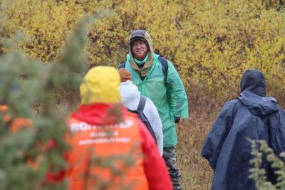 Андрей Попов рассказал участникам экскурсии об истории Пустозерска / Фото автора