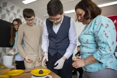 Школьники вычисляют массу планеты / Фото Игоря Ибраева